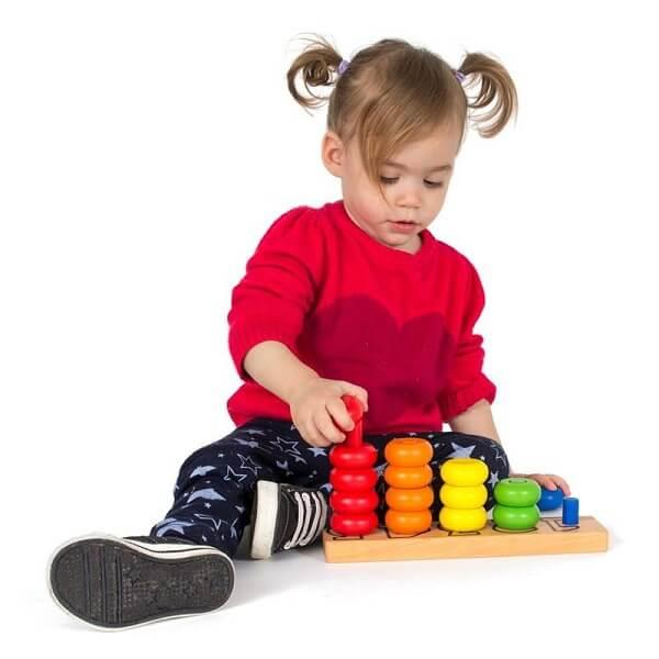 צילום של ילדה משחקת בגן